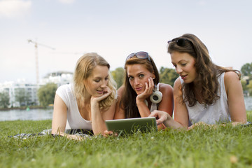Deutschland, Berlin, Junge Studenten Entspannung am Treptower Park