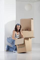Junge Frau Verpackung Karton