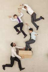 Geschäftsmann, halten Karton während Jungen fliegen aus