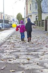 Deutschland, Kiel, Jungen und Mädchen zu Fuß auf der Straße