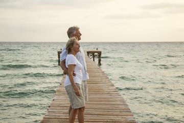 Spanien, Senioren Paar steht auf Bootssteg am Meer