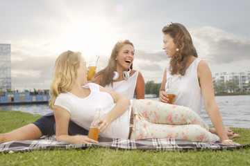Deutschland, Berlin, Junge Studenten, die Spaß am Treptower Park