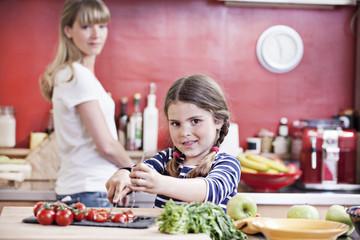 Deutschland, Köln, Mutter und Tochter, Schneiden von Gemüse
