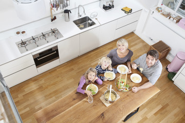 Deutschland, München, Familie isst Spaghetti in der Küche