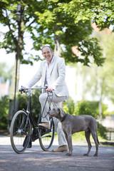 Deutschland, Bayern, Mann mit Weimaraner Hund und Fahrrad