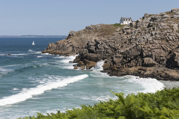 Frankreich, Bretagne, Douarnenez, Haus an der felsigen Küste