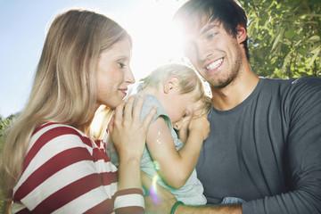 Deutschland, Köln, Eltern tragen müden Sohn