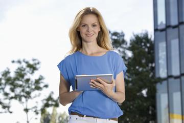 Deutschland, Düsseldorf, Geschäftsfrau mit Tablet PC