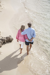 Spanien, Senioren Paar läuft entlang Strand