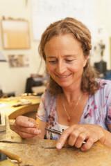 Deutschland, München, Seniorin, Übung mit Ring in ihrem Arbeitszimmer