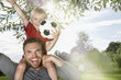 Deutschland, Köln, Vater und Sohn, die Fußball spielen