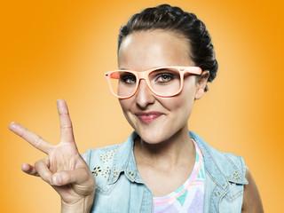 Frau mit Victory-Zeichen und mit Brille