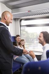 Schaffner und Familie in einem Zug