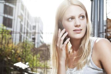 Junge Frau telefonieren mit Smartphone