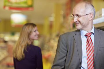 Deutschland, Köln, Mann und Frau im Supermarkt