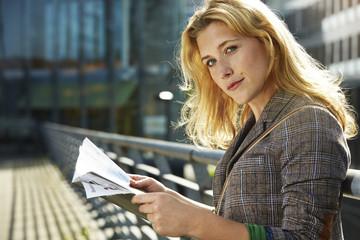 Deutschland, Düsseldorf, junge Frau lesen Magazin