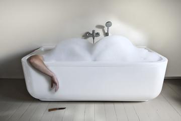 Mann in der Badewanne mit Messer