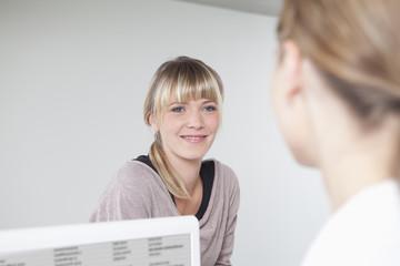 Deutschland, Frauen lächelnd in der Zahnarztpraxis