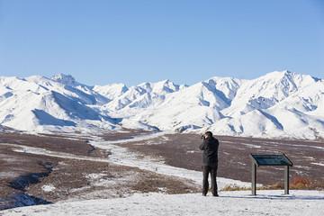 USA, Alaska, Tourist die Foto von Alaska Range im Denali-Nationalpark