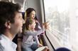 Glückliche Familie in einem Zug