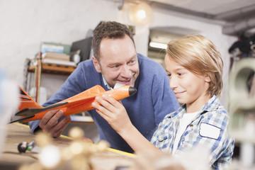 Deutschland, Leipzig, Vater und Sohn reparieren Flugzeug