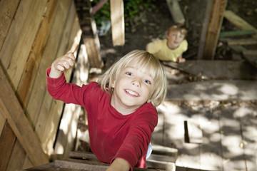 Deutschland, Köln, Jungen spielen in Spielplatz