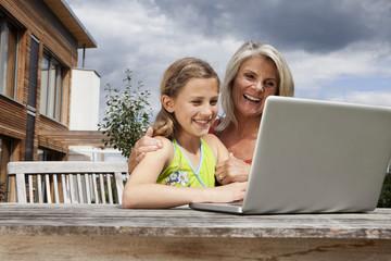 Deutschland, Nürnberg, Großmutter und Enkelin mit Laptop
