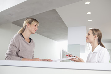 Deutschland, Empfangsdame geben Zwischenablage zu Patient