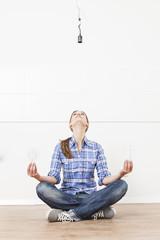 Frau sitzt auf dem Boden mit Glühlampen