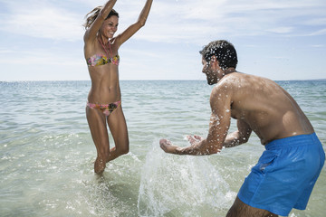 Spanien, Paar spielen am Strand