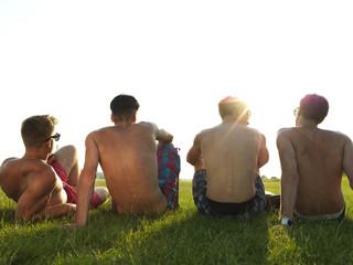 Deutschland, Düsseldorf, Junge Freunde sitzen auf der Wiese