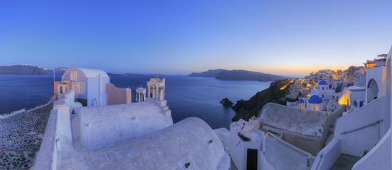 Griechenland, Blick auf Oia Dorf mit Glockenturm der griechisch-orthodoxen Kirche auf Santorini