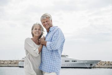 Spanien, Senioren Paar am Hafen