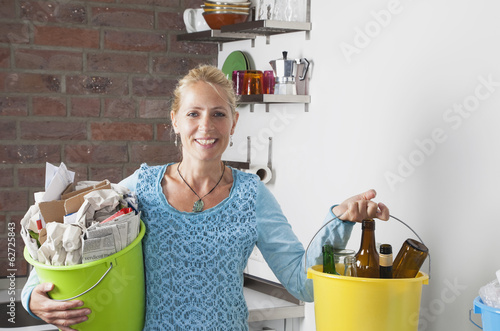 Deutschland, Köln, Seniorin, Eimer mit Hausmüll tragen