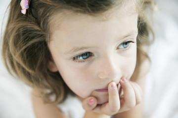 nachdenkliches kleines Mädchen