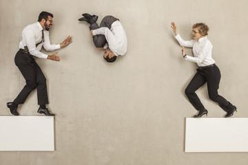 Geschäftsleute springen über Plattform Lücke