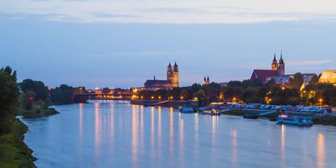 Deutschland, Magdeburg, Stadtansicht mit Elbe in der Abenddämmerung
