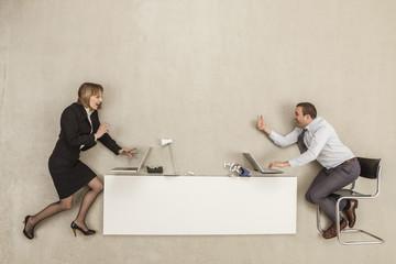 Geschäftsleute arbeiten am Schreibtisch