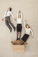 Geschäftsleute aus Karton fliegen