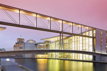 Deutschland, Berlin, Fußgängerbrücke zum Marie- Elisabeth- Lüders- Haus, im Hintergrund Reichstag