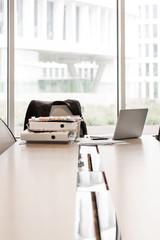 Polen, Warschau, Papiere, Laptop und Ordner auf Konferenztisch im Hotel