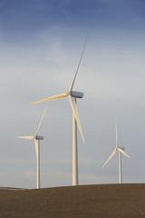 Spanien, Andalusien, Cadiz, drei Windkraftanlagen auf einem Feld