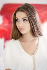 ernst aussehende Teenager- Mädchen vor einem roten Bild