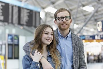 Deutschland, Köln, Mann und Teenager-Mädchen am Flughafen