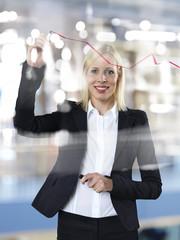 Portrait Geschäftsfrau Zeichnung rote Linie auf Glasplatte