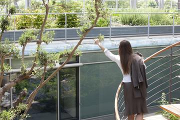 Geschäftsfrau auf Wendeltreppe