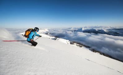 Österreich, Salzburg, Mann Skifahren in den Bergen von Altenmarkt Zauchensee