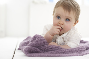 Baby mit Finger in den Mund