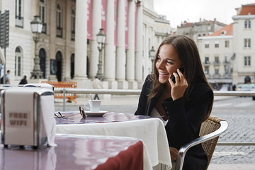 Portugal, Lissabon, Baixa, Rossio, Praca Dom Pedro IV, Teatro Nacional, junge Frau, die das Telefonieren im Straßencafé