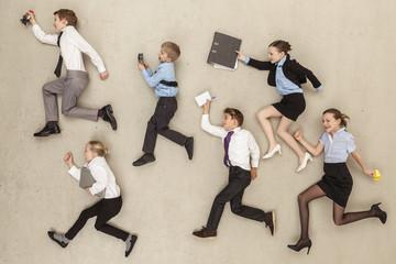 Kinder rennen im Büro